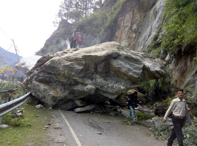 Landslides after heavy rains block roads in most parts of Himachal Pradesh, commuters stranded