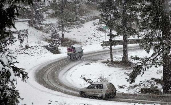 Fresh snowfall shuts Srinagar-Jammu Highway, flights disrupted
