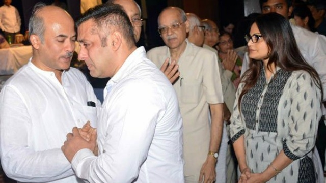 Salman Khan breaks down at the prayer meet of Sooraj Barjatya's brother Rajjat Barjatya!