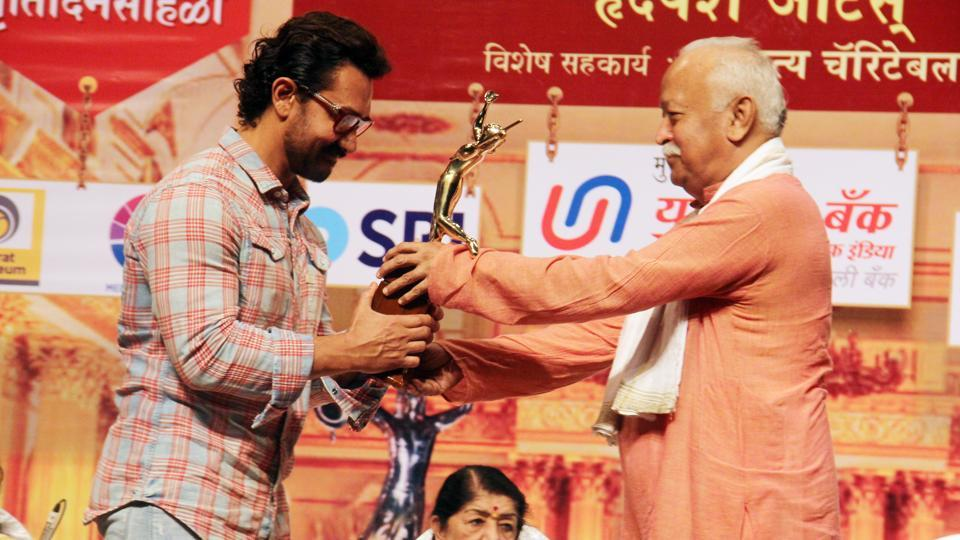Aamir receives Dinanath Mangeshkar Award from RSS chief