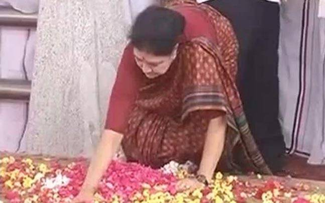 Sasikala leaves for Bengaluru after tapping on Jayalalithaa's tomb thrice
